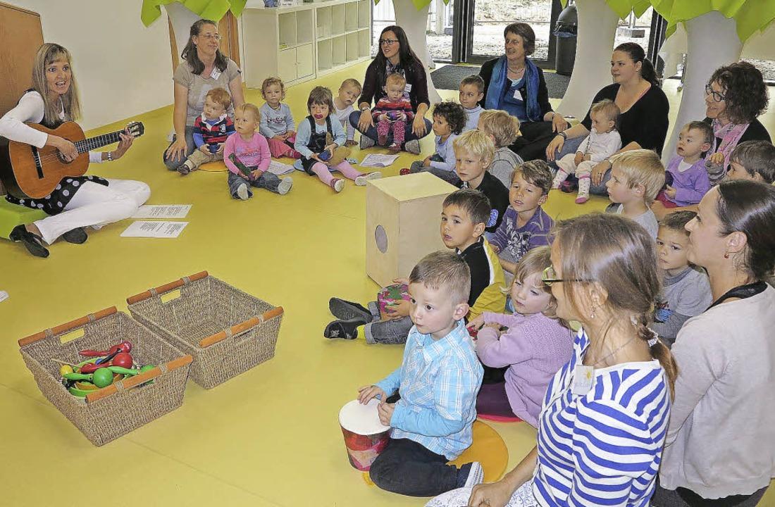 Gemeinsam gesungene Lieder verschönert...itarre Kita-Leiterin Siegrun Jonitz.    | Foto: Philipp