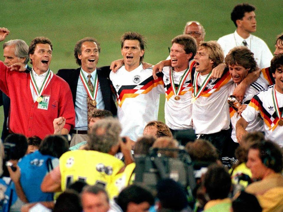 Klaus Augenthaler (Dritter von links) ...weiter  von links) sogar Weltmeister.   | Foto: dpa
