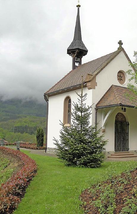 Die St.-Josefs-Kapelle im Enkendorf hat erneut eine Hecke gespendet bekommen.  | Foto: hansjörg bader