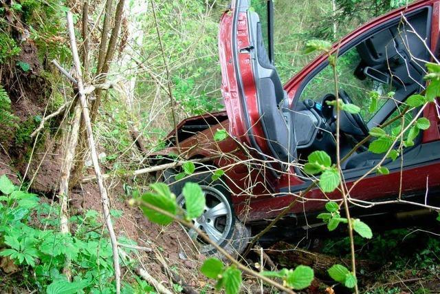 Auto stürzt 40 Meter in Abgrund und wird erst nach 90 Minuten gefunden