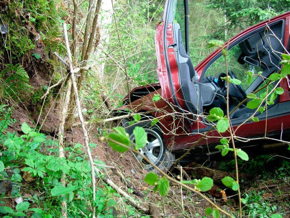 40 Meter stürzte das Auto die Böschung hinunter.    Foto: Christine Brunner