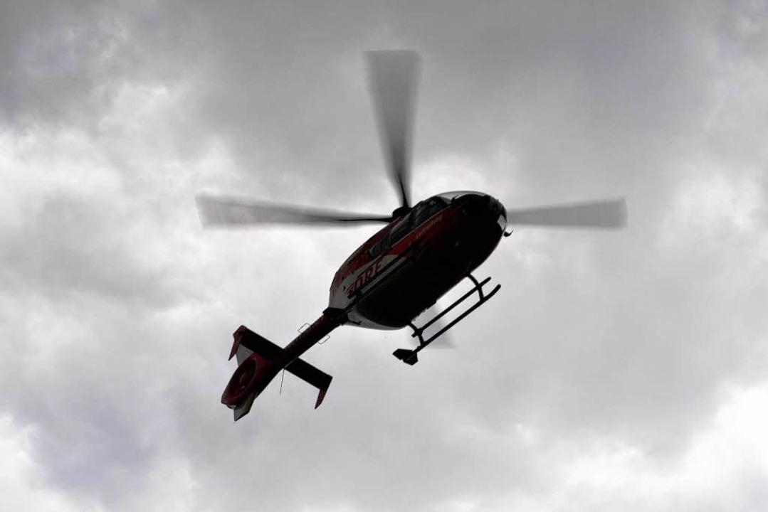 Der verletzte Fahrer wurde mit dem Ret...hubschrauber ins Krankenhaus geflogen.    Foto: Christine Brunner