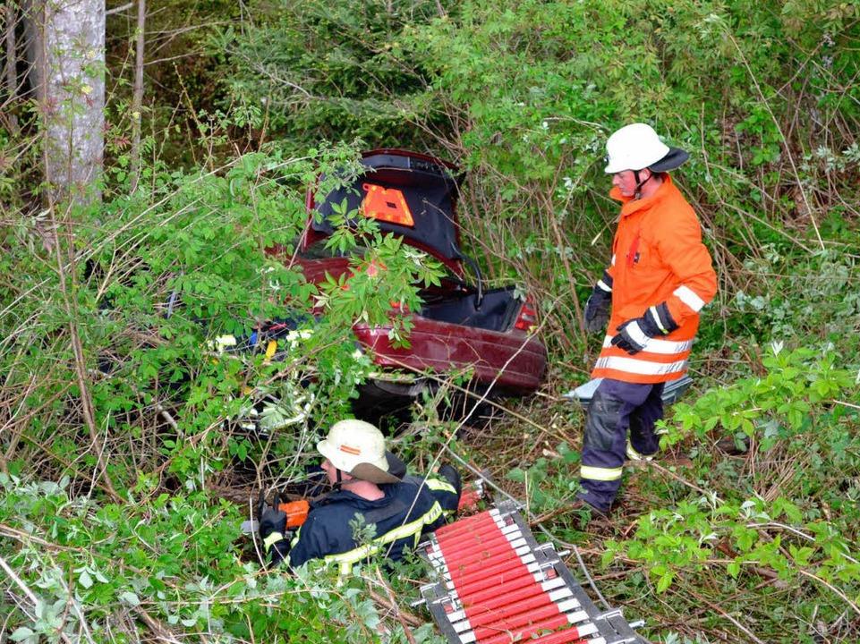 Die Helfer brauchten eine Leiter, um zum Fahrzeug zu kommen.    Foto: Christine Brunner
