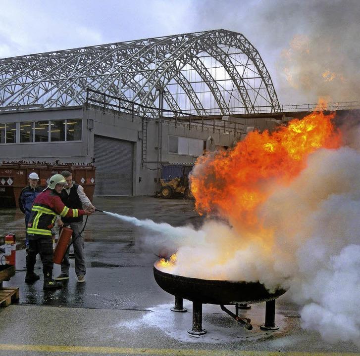 Sicherheitsübungen gehören zum Standar... Tonnen schwere Aushubhalle zu sehen.   | Foto: ZVG