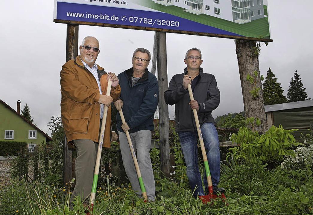Der Bau kann beginnen (von links): Han...lisch und Bauunternehmer Thomas Lüber   | Foto: Frank Linke