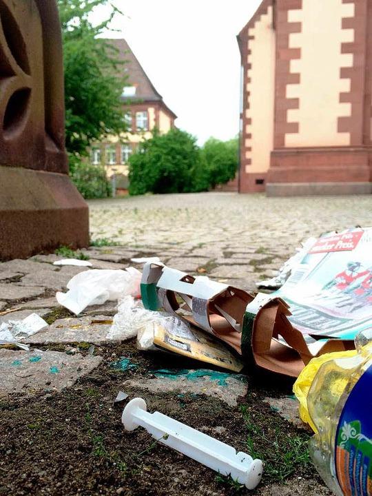 Müll und Spitzen neben dem Gotteshaus.  | Foto: Simone Höhl