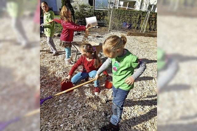 Kinder räumen Garten auf