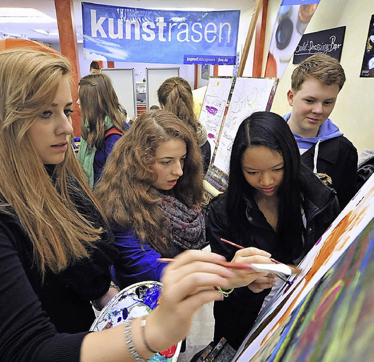Kreative Phase: An der Staffelei entstehen Wahlplakate und andere Kunstwerke.  | Foto: Thomas Kunz
