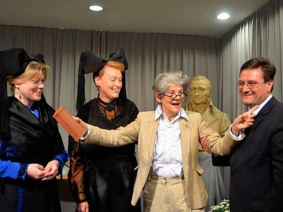 Volker Habermaier überreichte den Hebeldank an Cornelia Schefold aus Basel.   | Foto: Sabine Ehrentreich