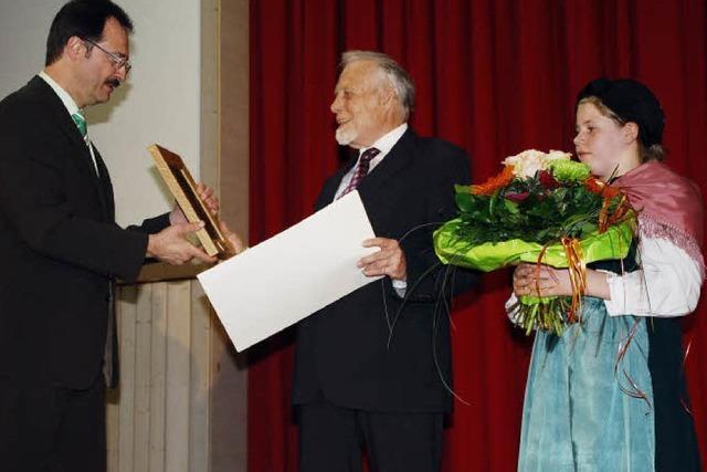 Klaus Schubring erhält Hebel-Gedenkplakette