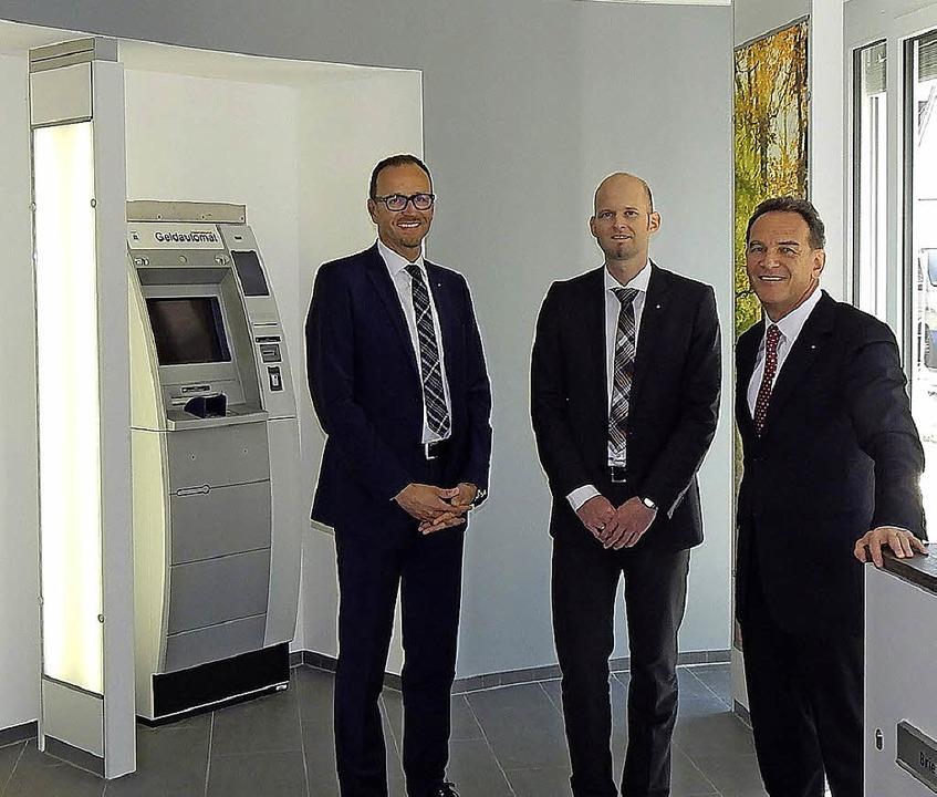 Vorstandssprecher Karl-Heinz Dreher mi... rechts) in der neuen Geschäftsstelle.  | Foto: Sylvia Timm