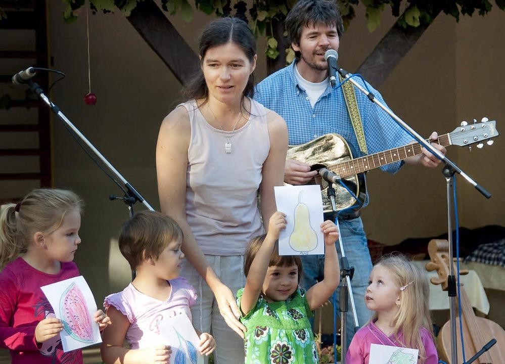 Édua Balassa und Tamás Zajzon machen Musik mit Kindern.   | Foto: Privat