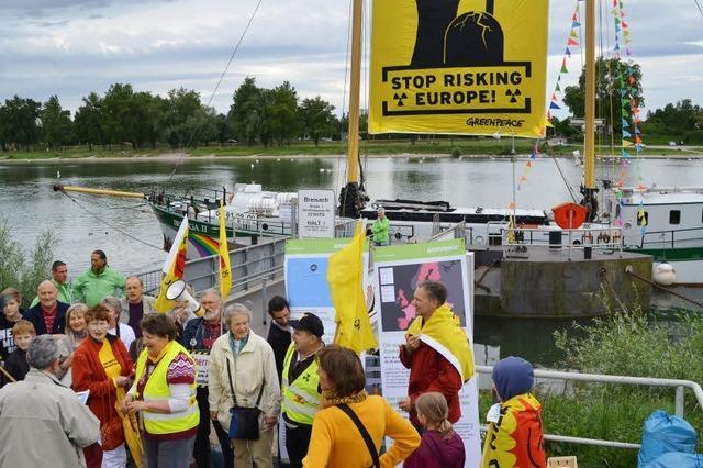 Greenpeace-Schiff legt in Breisach an