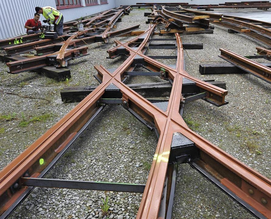 Die neuen Schienen für die Innenstadt liegen schon auf dem VAG-Betriebshof.  | Foto: Rita Eggstein