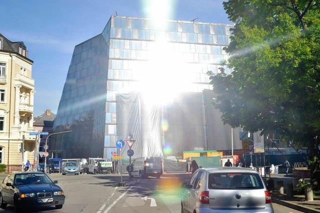 Fassade der Freiburger UB blendet zu sehr – Banner müssen aufgehängt werden