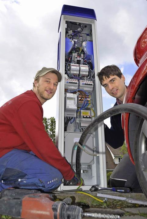 Jörg Löffler und Heinrich Oschwald von der EVTN montieren die Ladesäule.   | Foto: Sebastian Wolfrum