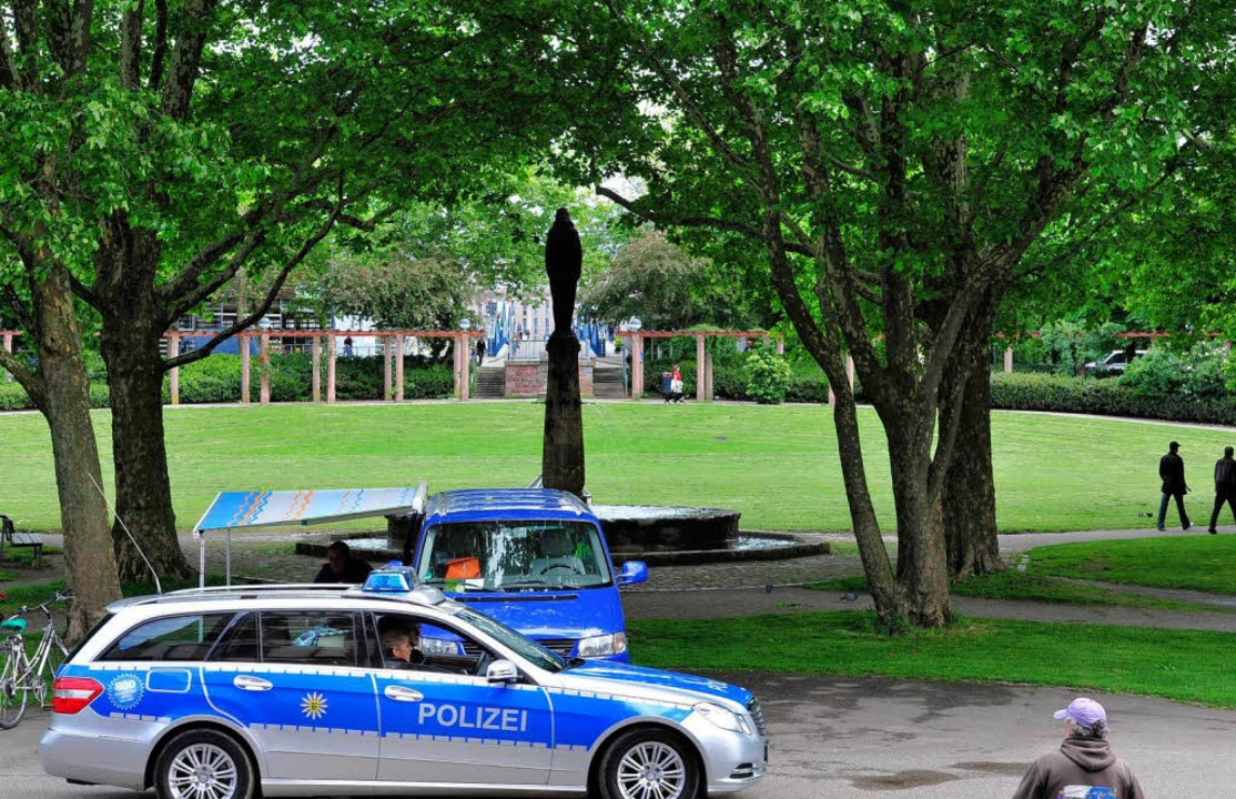 Die Polizei ist präsent – wie am Stühlinger Kirchplatz in Freiburg.   | Foto: Kunz
