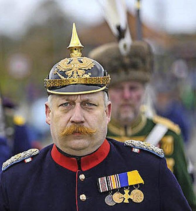 Darsteller in historischen Uniformen b...er Gedenkfeier zur Schlacht von Düppel  | Foto: Axel Heimken