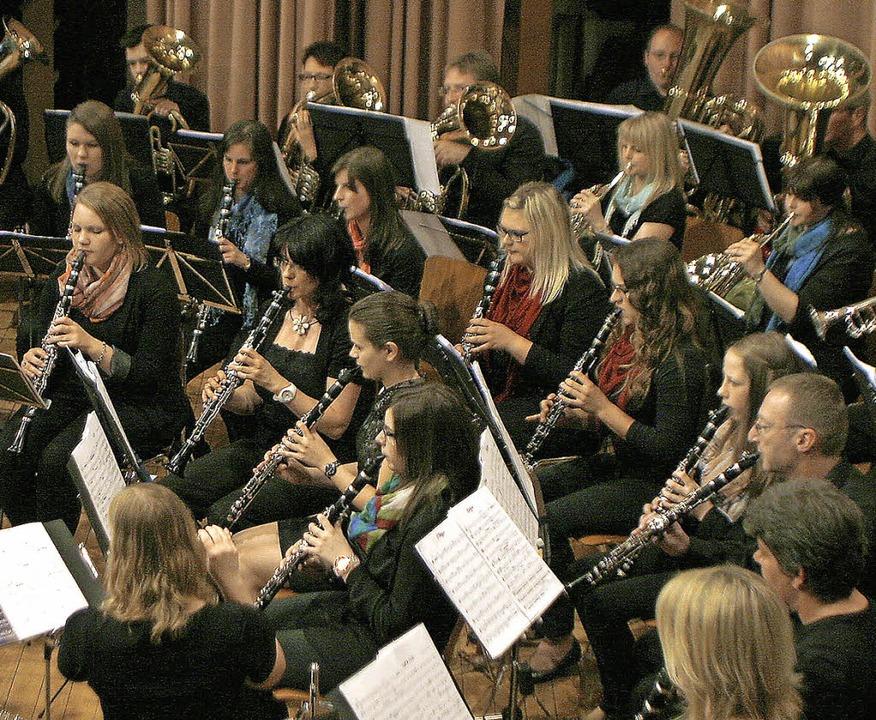 Musiker zweier Vereine im Gleichklang in Dörlinbach   | Foto: heidi fössel