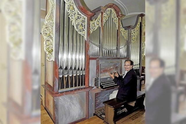 Johannes Götz spielt an der neuen Ahrend-Orgel in der Wallfahrtskirche Maria Lindenberg bei St. Peter