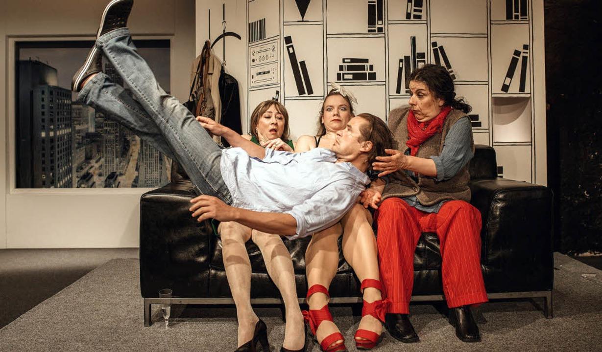 Bastian (Otto Beckmann) und die Frauen     Foto: fionn grosse