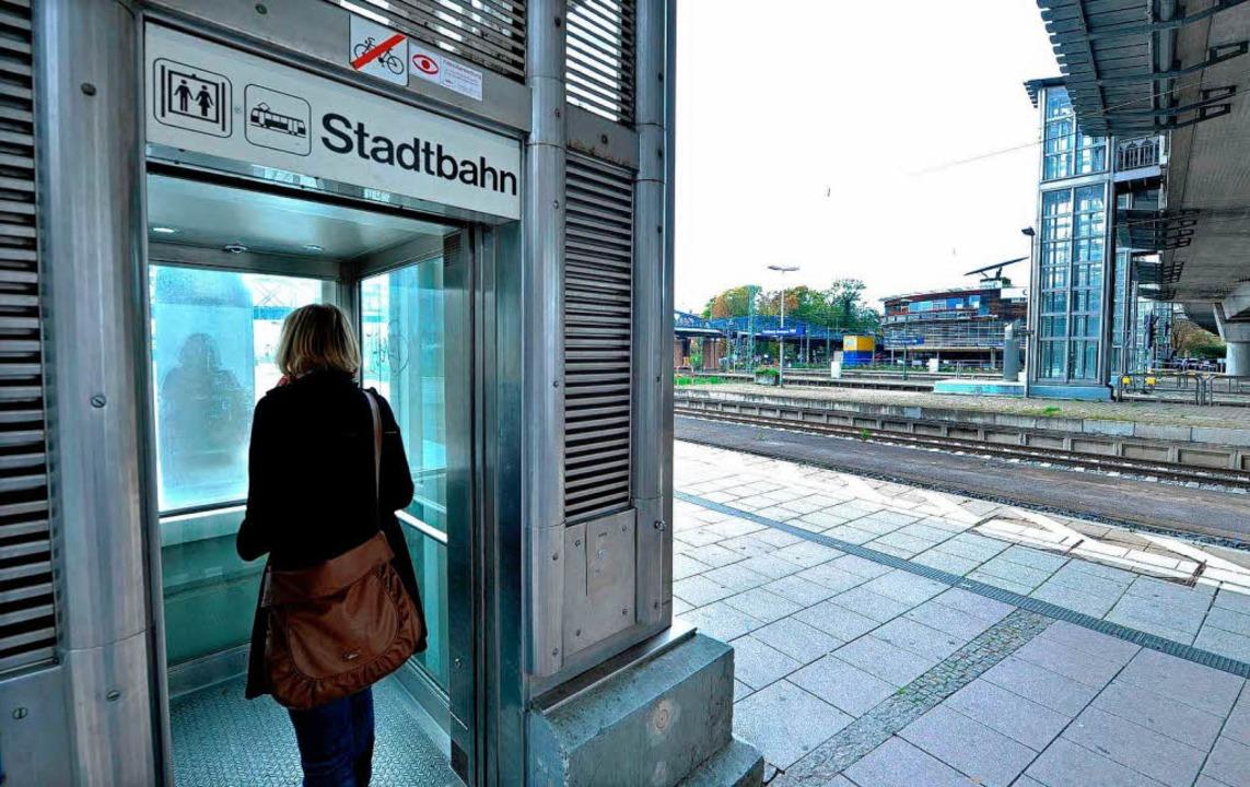 Nach Mitternacht nicht mehr in Betrieb...wischen Bahnsteig und Stadtbahnbrücke.  | Foto: Michael Bamberger