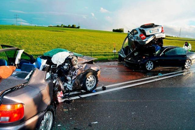 2 Tote bei Kollision auf B31 – Polizei sieht keinen Unfallschwerpunkt