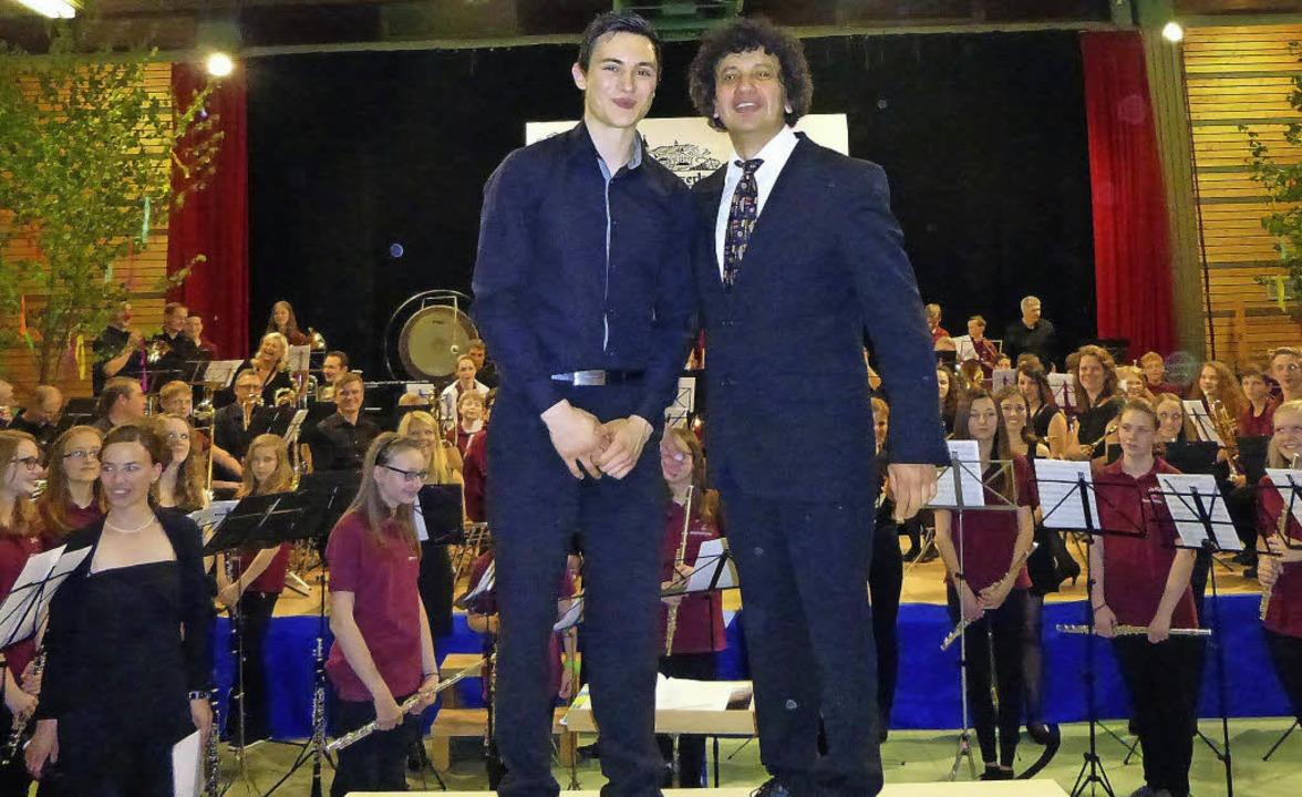 Die beiden Dirigenten Thomas Rupp (lin... den Musikern ein fulminantes Finale.     Foto: Anne Freyer