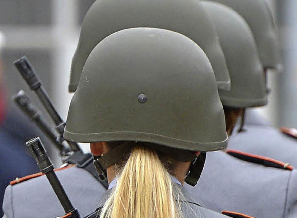 Kein ungewöhnlicher Anblick mehr: Frauen bei der Bundeswehr     Foto: dpa