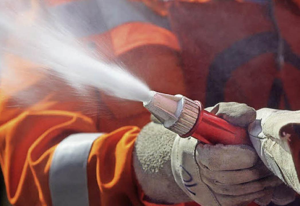 Wasser marsch: ein Feuerwehrmann bei der Übung     Foto: Flia (Fotolia.com)
