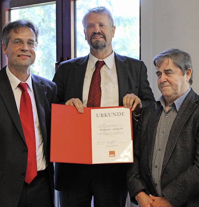 Für 40 Jahre Mitgliedschaft in der SPD...r (links) und MdB Gernot Erler geehrt.  | Foto: mario schöneberg