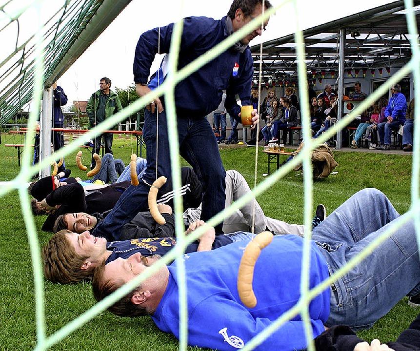 Um die Wurst ging es unter anderem bei...Spaßolympiade der Hecklinger Vereine.   | Foto: Schnabl