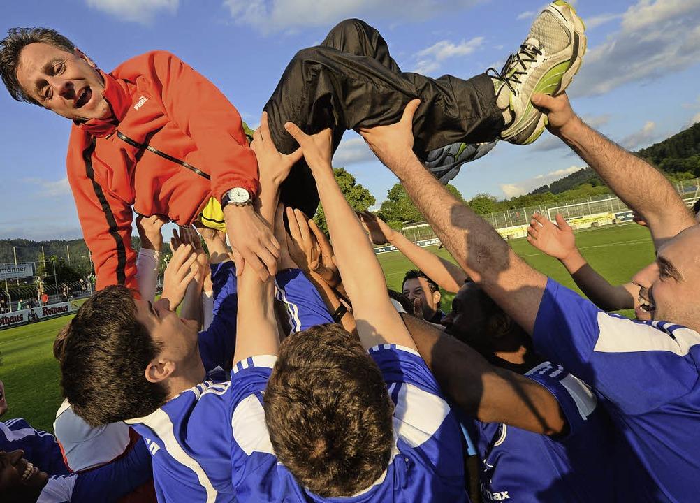 Buchstäblich im Hoch befindet sich der...  Alex Fischinger nach dem Pokalsieg.   | Foto: Seeger