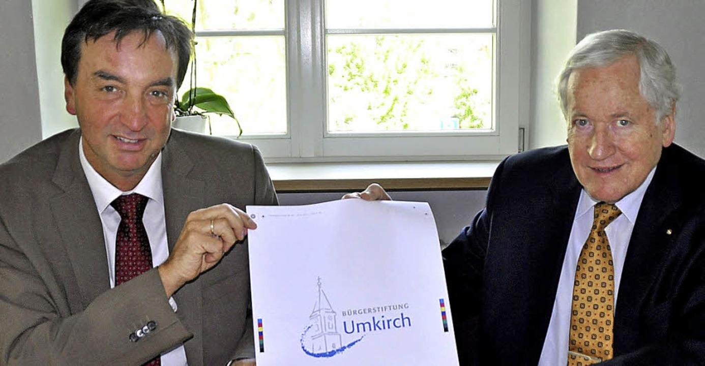 Bürgermeister  Walter Laub und Stiftun...sentieren das Logo der Bürgerstiftung.  | Foto: julius steckmeister