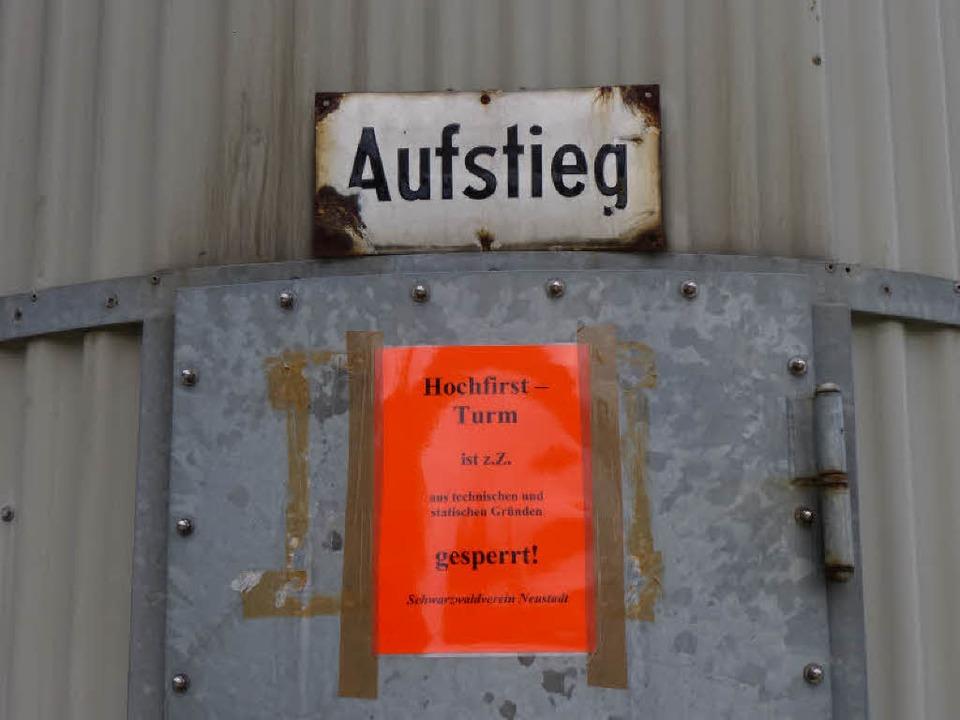 Klare Ansage: Neustadts Hochfirstturm ist gesperrt.    Foto: Peter Stellmach