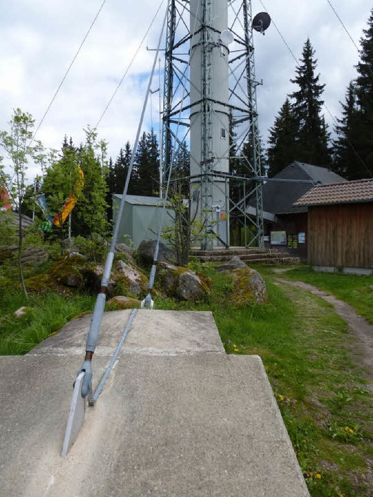 Der Turm ist mit Stahlseilen verspannt.    Foto: Peter Stellmach