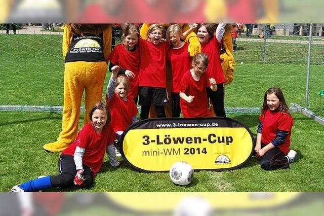 Mädchen räumen bei Fußballturnier ab