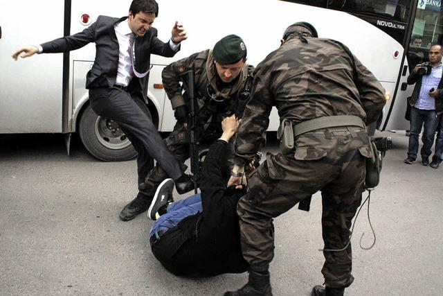 Empörung über Erdogan-Berater nach Tritt gegen Demonstranten