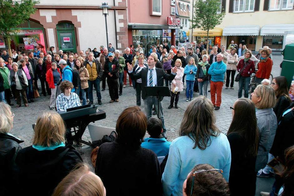 Bummeln bis in die Puppen, Musik bis Mitternacht: Verkaufsnacht und Singarena sorgten für Leben in der Innenstadt. (Foto: Patrik Müller)