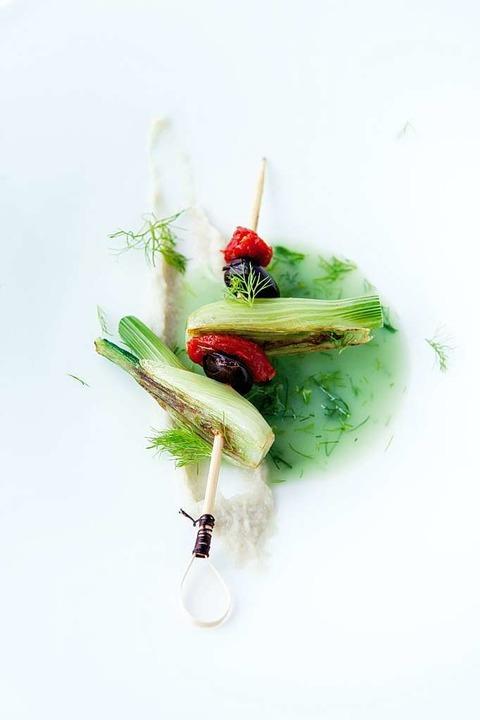 Schön angerichtet, schön fotografiert:...t Spieß von Fenchel, Tomate und Olive   | Foto: Michael Wissing