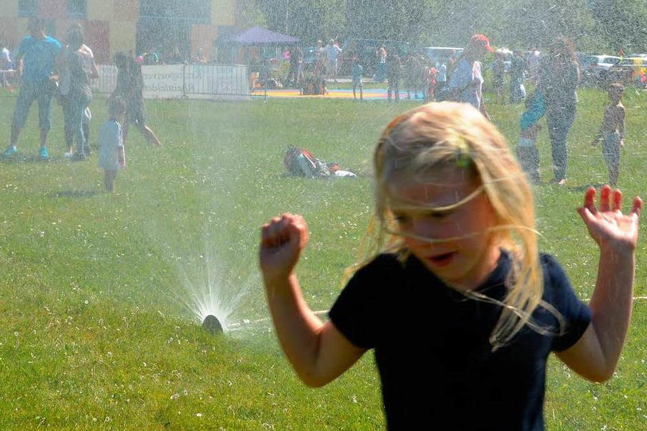 Da wollten viele Mal durch. Wasserpiele am sonnigen Sonntag. (Foto: Maja Tolsdorf)