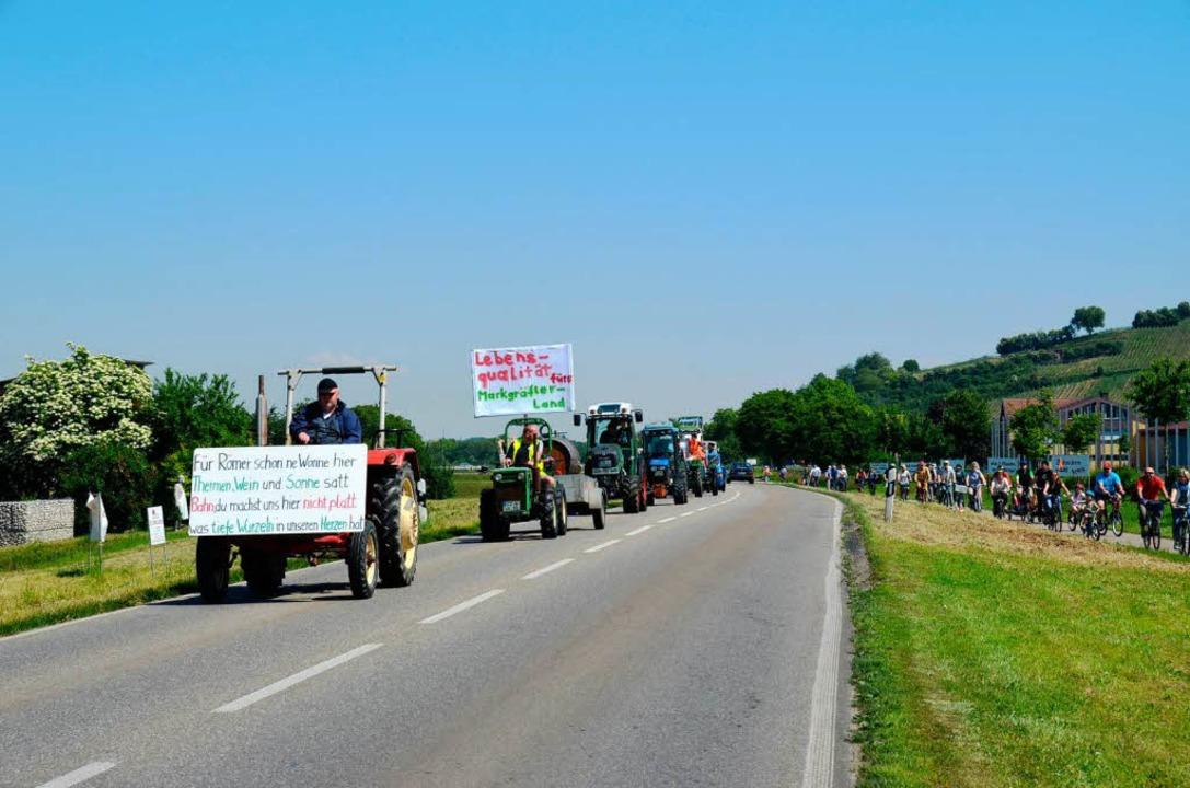 Gleichzeitig  erreichten der Konvoi mi...us dem Norden die Bahn-Demo in Auggen.  | Foto: sigrid umiger