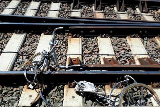 Unbekannte werfen Rad auf das Bahngleis