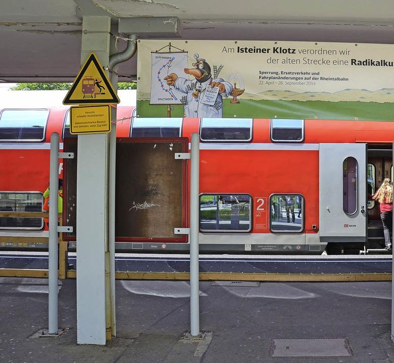 Wenn der Zug hält, sollte der Bus noch...it die Fahrgäste weiterreisen können.   | Foto: Erik Stahlhacke