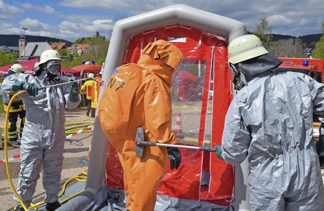 Zur Dekontamination wurden die Einsatz...dann im Duschzelt gründlich gereinigt.    Foto: Markus Straub