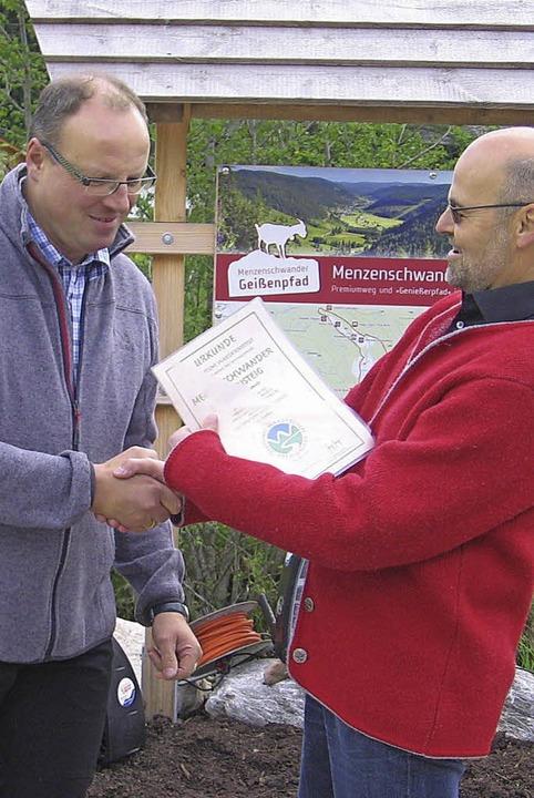 Jetzt ist es offiziell: Volker Haselba...bert Dreher (mit Hut) dann die Route.   | Foto: Christiane Sahli