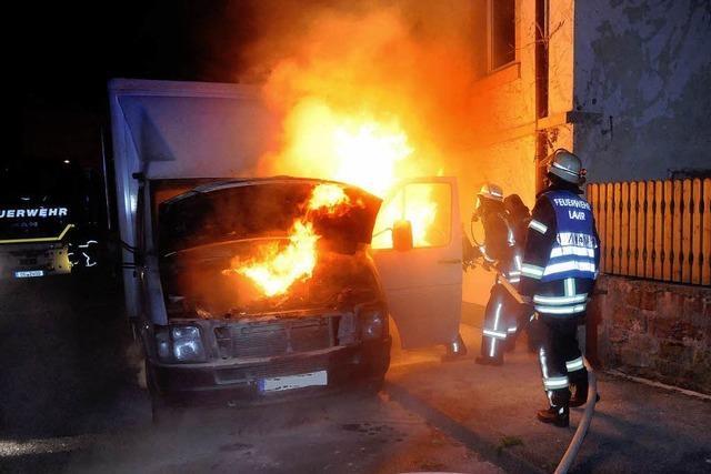 Lieferwagen steht in Flammen