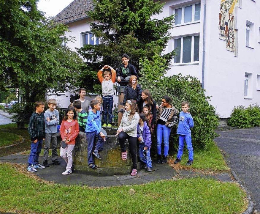 Schüler vor der Elisa-Schule in Tutschfelden.    Foto: Privat