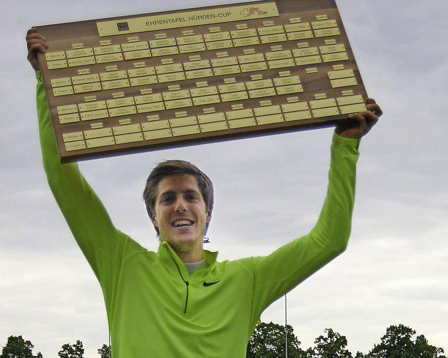 Quentin Seigel  mit der neuen Ehrentafel der Cupsieger.   | Foto:  W. Seigel