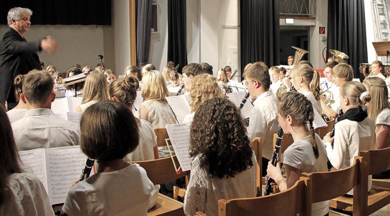 Eine Fülle junger Leute griff zu den Instrumenten.     Foto: Stefanie Sigmund